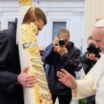 Loreto e Cricifisso (Papa-Francesco-benedice-Madonna)